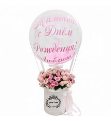 Букет из 15 кустовых роз в малой шляпной коробке с шаром «Для мамы»