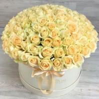 Букет в шляпной коробке из 101 кремовой розы «Романтик»