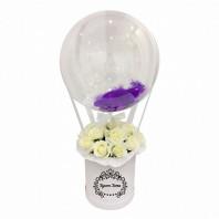 Букет из 21 розы в малой шляпной коробке с шаром «Очарование любви»
