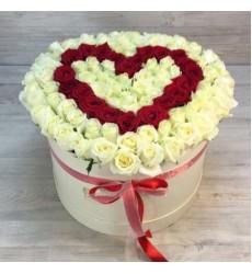 Букет в шляпной коробке из 101 белой розы «Сердце»