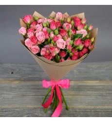 Букет из 19 розовых и малиновых кустовых роз «Милашка»
