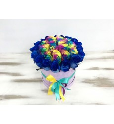 Букет из 29 синих и радужных роз в шляпной коробке «В твоём плену»