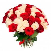Букет из 59 белых и красных роз «Загадка»