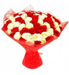 Букет из 59 красных и белых роз «Яркое Пламя»