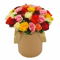 Букет из 55 разноцветных роз в шляпной коробке «Знойный август»