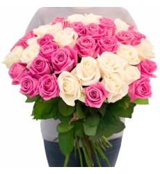 Букет в сетке из 59 белых и розовых роз «Романтика»