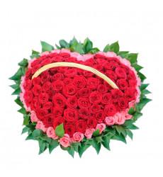Траурная корзина №18 из живых цветов «100 красных и розовых роз»