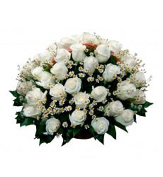 Траурная корзина №23 из живых цветов «50 белых роз, ромашки»