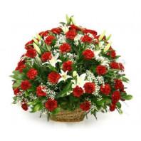 Траурная корзина №24 из живых цветов «50 гвоздик, лилии, гипсофилы.»