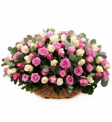 Траурная корзина №28 из живых цветов «100 розовых и кремовых роз, салал.»