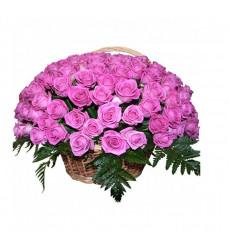 Траурная корзина №31 из живых цветов «50 розовых роз, папоротник»