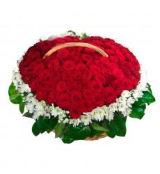 Траурная корзина №36 из живых цветов «100 красных роз, хризантемы, салал.»