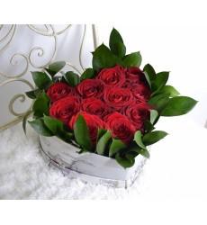 Цветы в коробке  с 11 красными розами «Мартовский джаз»