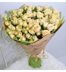 Букет из 19 кремовых кустовых роз «Поцелуй во сне»