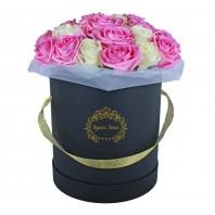 Цветы в шляпной коробке с 19 розовыми и белыми розами «Гамма чувств»