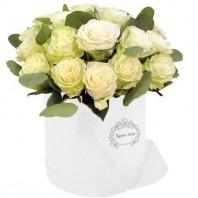 Цветы в шляпной коробке с 25 белыми розами Аваланж «Белый изыск»