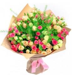Букет из 25 кремовых и розовых кустовых роз «Цветочная рапсодия»