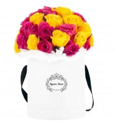 Цветы в шляпной коробке с 25 розовыми и жёлтыми розами «Полёт колибри»