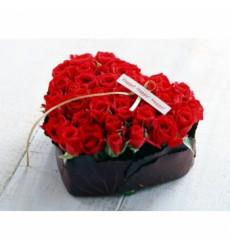 Букет 51 красной розы в коробочке в форме сердца «Наполненное любовью»