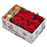 Цветы в коробке с 5 красными розами и 5 сладкими макарони «Райский поцелуй»