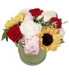 Цветы в коробке  с 2 подсолнухами, 7 пионами и 3 розами «Грациозное фуэте»