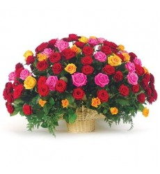 Корзина цветов с 51 разноцветной розой и папоротниками «Графский парк»