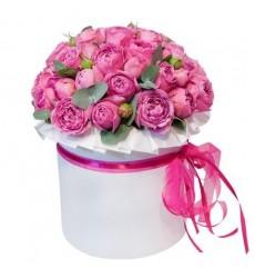 Цветы в коробке  с 29 пионовидными розами «Трепет сердца»