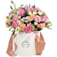 Коробка с цветами с 19 розами, 10 кустовыми розами и 5 лизиантусами «Для тебя одной»