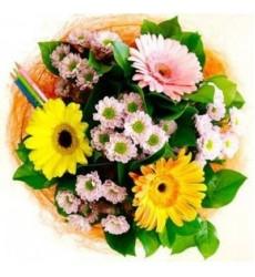 Букет из 3 гербер, 4 кустовых хризантем и карандашей «День Знаний»