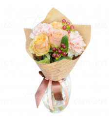 Букет из 5 кремовых роз, украшенный гвоздиками и декоративными ягодами.  «Нежность любви»