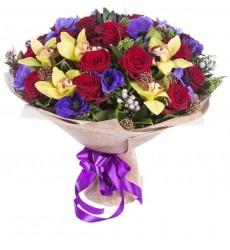 Букет из 7 орхидей, 19 роз Гран При и 11 анемонов  «Тайное свидание»