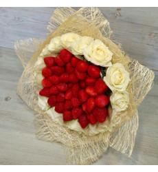 Букет  из белых роз с крупными бутонами и клубники «Наслаждение»