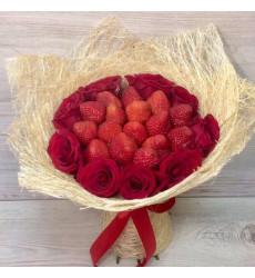 Букет из клубники и красных роз «Горячее сердце»