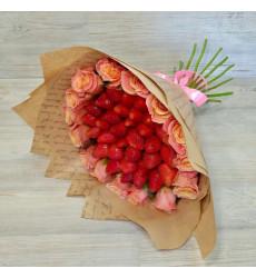 Букет из клубники и светло-оранжевых роз «Воздушный аромат»