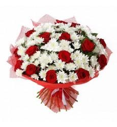 Букет из 15 красных роз и 12 хризантем «Совершенство»