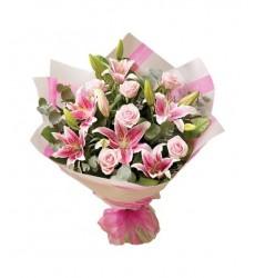 Букет из 5 лилий и 7 розовых роз Аква «Лесная фея»