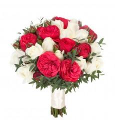 Букет невесты из 17 одноголовых и 7 пионовидных кустовых роз «Дольче Вита»