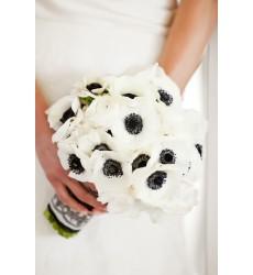 Букет невесты из 15 анемонов и 7 роз «Объединение судеб»