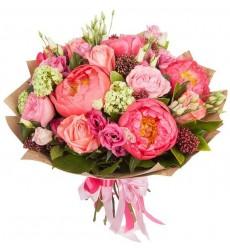 Букет из 10 роз, 4 эустом, 5 пионов и зелени «Флейта Пана»