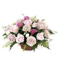 Корзина цветов из 11 розовых гвоздик, 7 розовых роз и 3 эустом «Триумф любви»