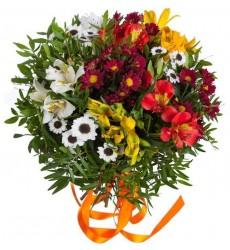 Букет из 6 альстромерий, 5 хризантем Сантини и зелени «Августовский флёр»