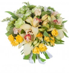 Букет из гвоздик, эустом, орхидей и кустовых роз «Карильон»