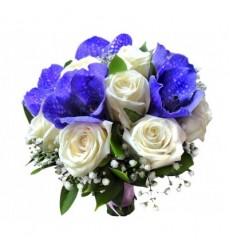 Букет невесты из 10 белых роз и 5 цветков ванды «Маркиза»