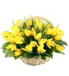 Корзина цветов с 35 жёлтыми тюльпанами «Солнечный миг»