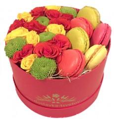 Цветы в коробке с кустовыми розами, хризантемами и 6 макарони «Лавка сладостей»