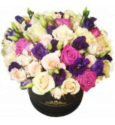 Цветы в коробке с 15 однологовыми и 8 кустовыми розами «Ладонь весны»