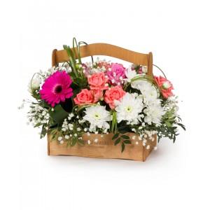 Цветы в коробке  с розами, хризантемами и зеленью «Летний цветник»