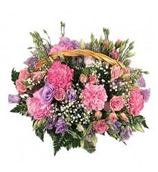 Корзина цветов с 7 гвоздиками, 5 кустовыми розами и 5 лизиантусами «Заветное желание»