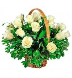 Корзина цветов с 25 белыми розами «Одиссея»