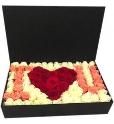Цветы в коробке  со 101 розой «Люблю тебя»